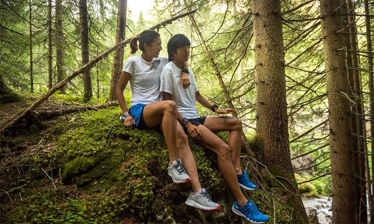 Yao và Qi nghỉ trên đường chạy tập luyện tại Italy.