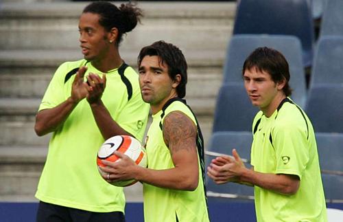 Ronaldinho, Deco và Messi trên sân tập của Barca. Ảnh:EFE.