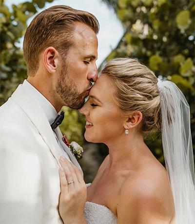 Hôn lễ là một cột mốc tưoi đẹp nữa trong chuyện tình giữa đôi bạn thuở niên thiếu Harry Kane - Kate Goodland.