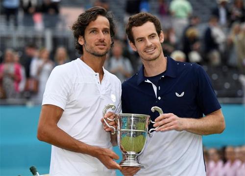 Murray và Lopez mừng chức vô địch đôi nam tại Queen's Club. Ảnh: Reuters.