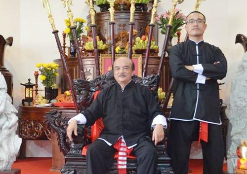 Nam Anh Kiệt (phải) bên sư phụ Nam Anh