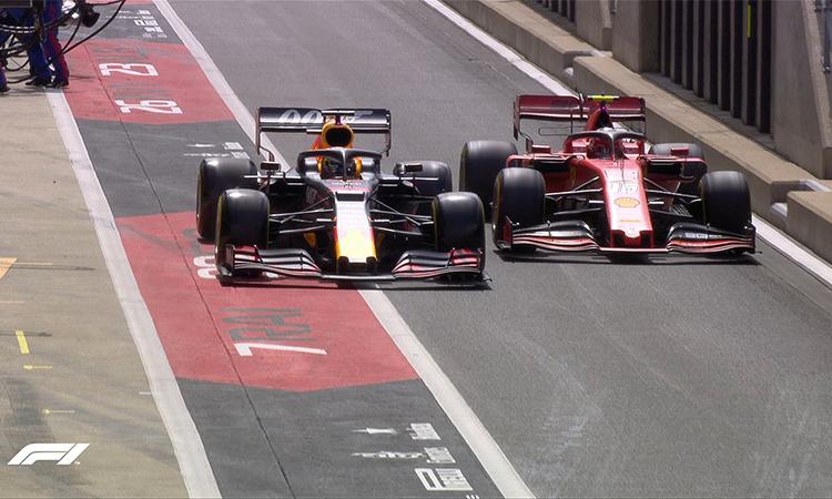 Leclerc (phải) và Verstappen cạnh tranh ngay cả khi chạy trong đường pit.