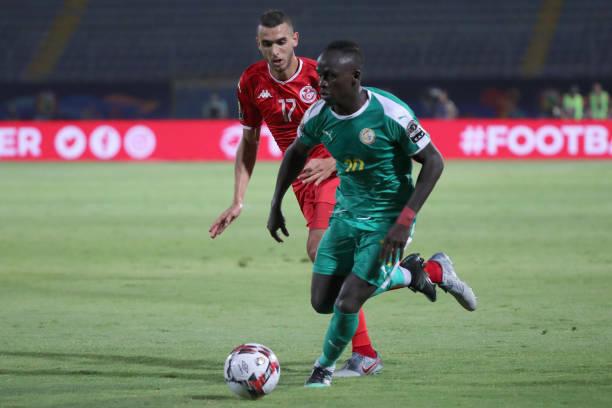 Algeria sẽ gặp Senegal của Sadio Mane (áo xanh) ở chung kết. Ảnh: AFP.