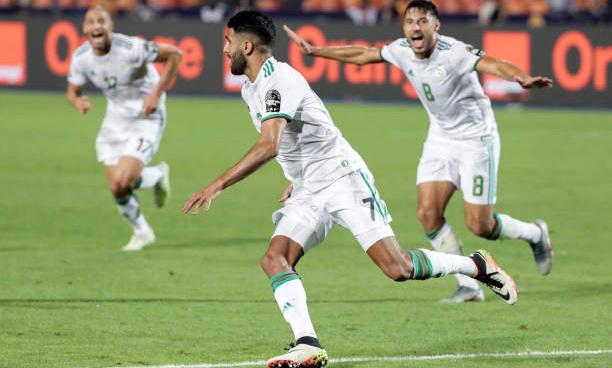 Mahrez (giữa) vui mừng sau pha sút phạt đẳng cấp. Ảnh: AFP.