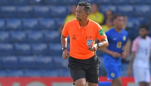Trọng tài Ngamson làm nhiệm vụ ở trận đấu giữa Curacao và Ấn Độ.
