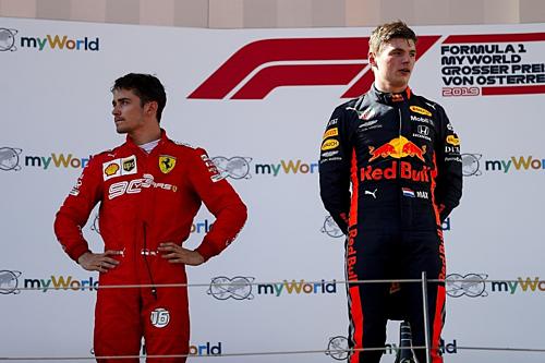 Leclerc (trái) và Verstappen trên bục podium chặng đua nước Áo 2019. Ảnh:Reuters.
