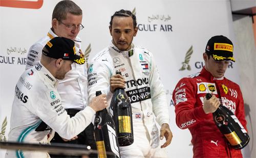 Mercedez chiếm hai vị trí nhất nhì trên đường đua Sakhir, nhưng Hamilton (giữa) thừa nhận anh và đồng đội Bottas (trái) đã may mắn trước Leclerc.