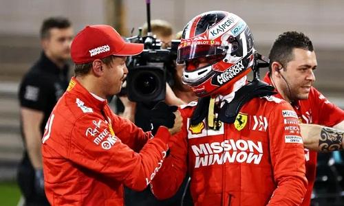 Leclerc (phải) nhỉnh hơn Vettel trong ngày phân hạng thắng lợi của Ferrari. Ảnh: AFP.