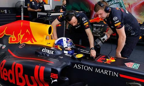 David Coulthard lái chiếc RB7 trong sự kiện chạy thử xe F1 tại TP HCM vào tháng 5/2018. Ảnh: VGPC.