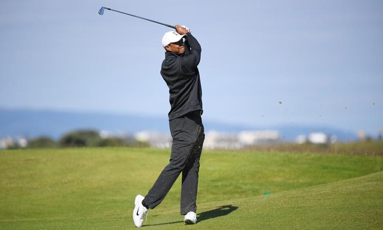 Woods (ảnh) đánh tập cùng Patrick Reed tại Royal Portrush. Ảnh: GolfDigest.