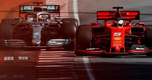 Sau khi trở lại đường đua, Vettel (xe đỏ) chèn Hamilton ra lề đường. Ảnh: REX.