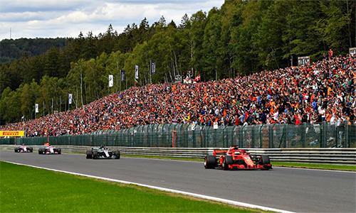 Lợi thế về tốc độ được Vettel và Ferrari tận dụng triệt để trên đoạn đường đua thẳng củaSpa-Francorchamps để bỏ xa Hamilton chạy phía sau.