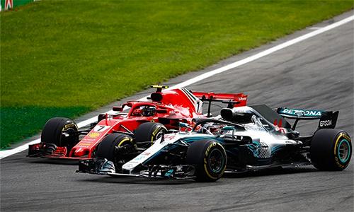 Raikkonen (xe số 7) lẽ ra đã có thể về trước Hamilton (xe số44), nếu đội ngũ kỹ thuật của Ferrari không mắc lừa các chỉ đạo viên bên phía Mercedes. Ảnh: Autosport.