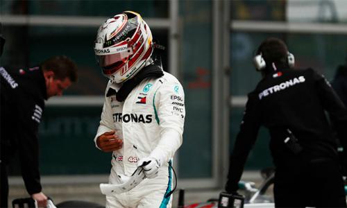 Hamilton không giấu thất vọng và bực bội khi rời chiếc W09 sau cuộc đua phân hạng. Ảnh: LAT Images.