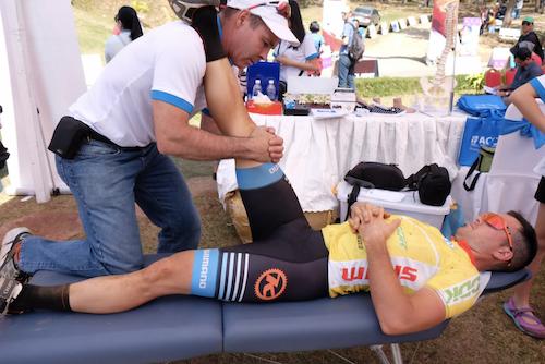 Bác sĩ Trị liệu Thần kinh Cột sống kiểm tra đầu gối cho VĐV sau thi đấu.
