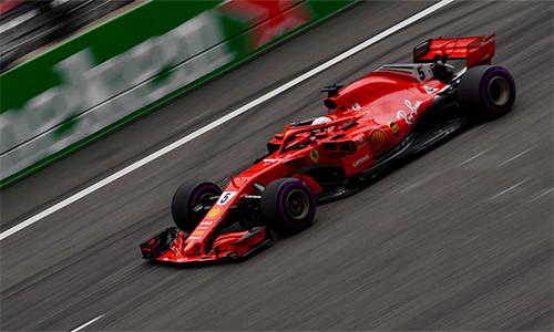 Vettel tạo bất ngờ lớn khi vượt qua đồng đội Raikkonen và hai tay đua Mercedes để đạt thành tích phân hạng tốt nhất. Ảnh: LAT Images.