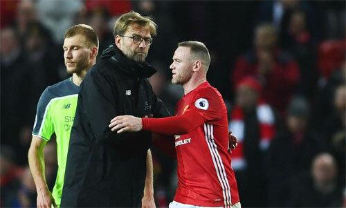 Rooney và Klopp trong một trận derby nước Anh.
