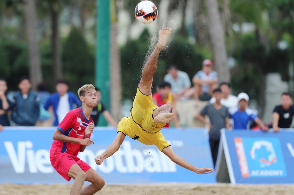 Những pha bóng đẹp mắt tại giải bóng đá bãi biển quốc gia