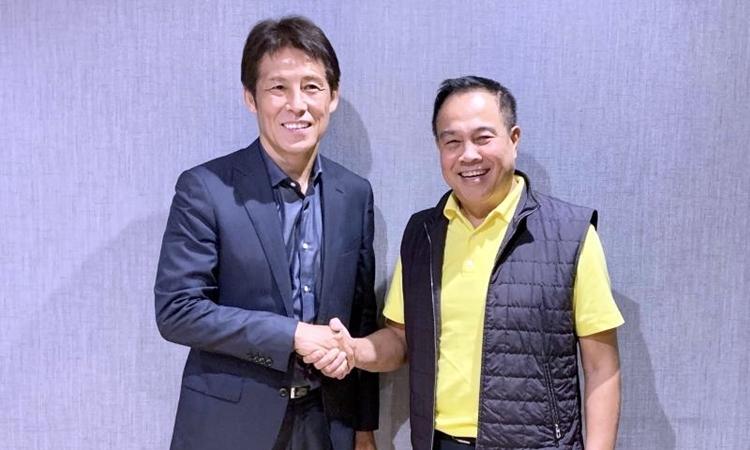 HLV Nishino (trái) bên cạnh Chủ tịch FAT, Somyot.