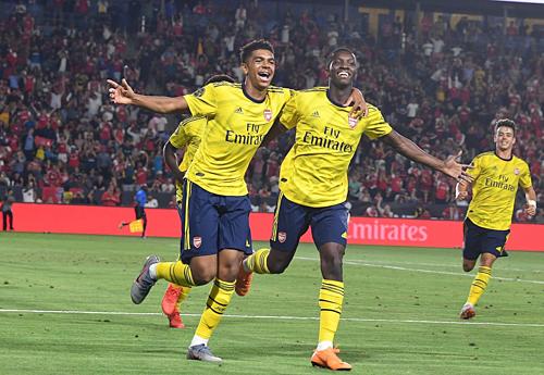 Nketiah (khoác vai bên phải) chia vui cùng đồng đội sau bàn ấn định chiến thắng. Ảnh:Reuters.