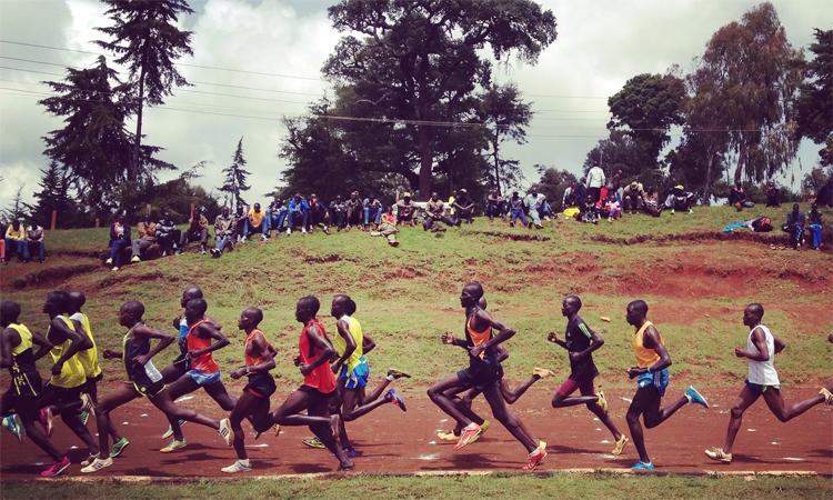 Cảnh tượng thường thấy ở Iten, nơi các đoàn runner rầm rập chạy tập luyện trước sự chứng kiến của người dân địa phương và du khách. Ảnh: Guardian.