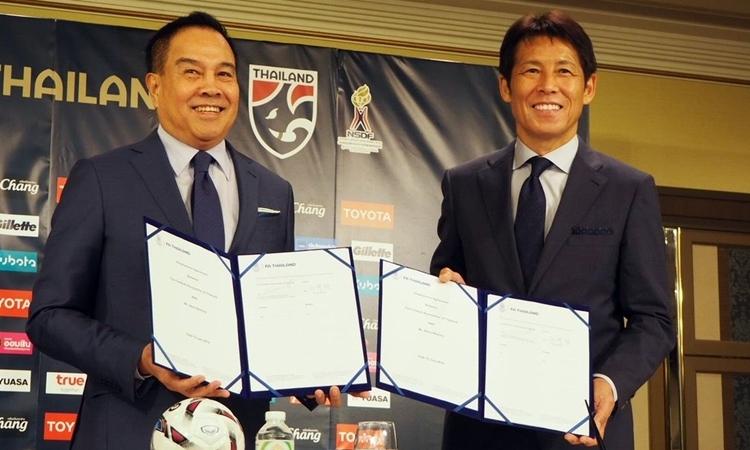 Tại Thái Lan, HLV Nishino nhận lương 970.000 USD một năm, cao nhất lịch sử bóng đá Thái Lan. Ảnh: Komchadluek