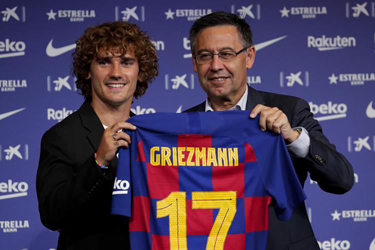 Griezmann (trái) cùng chủ tịch Barca Josep Maria Bartomeu. Ảnh: AP.