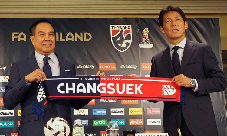 Nishino (phải) trong buổi họp báo chính thức dưới cương vị HLV tuyển Thái Lan.