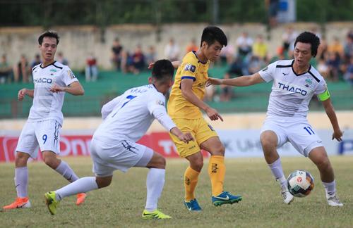 Tuấn Anh chơi mờ nhạt trong trận thua 0-3 trên sân Vinh ở lượt đi V-League 2019.