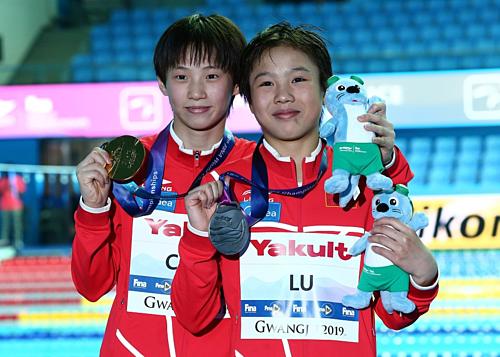 Bộ đôi cùng 13 tuổi Chen Yuxi (trái) and Lu Wei giành HC vàng và HC bạc nội dung 10 mét cầu cứng. Ảnh: VCG.