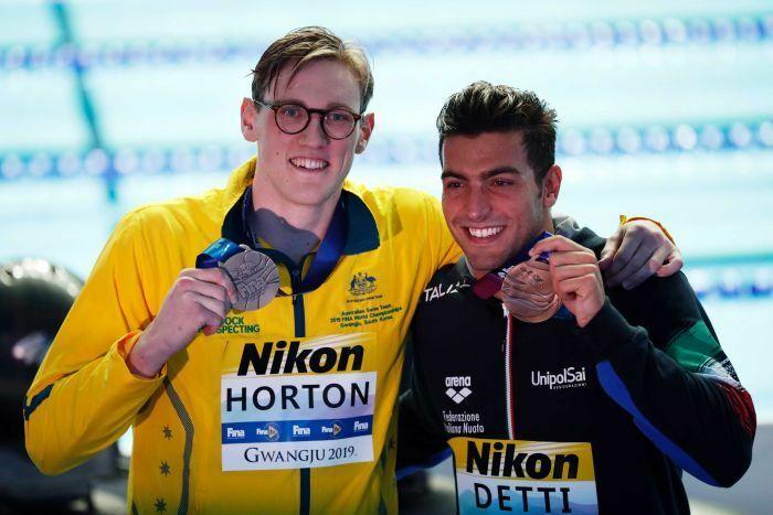Horton khoe huy chương cùng Detti. Ảnh: Reuters.