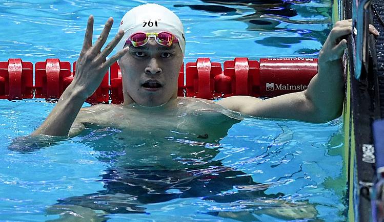 Tôn Dương giơ bốn ngón tay sau khi kết thúc chung kết 400 mét tự do, ám chỉ bốn chức vô địch thế giới liên tiếp của anh ở cự ly này. Ảnh: CGTN.
