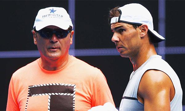 Toni Nadal (trái) từng cố ngầm chỉ đạo chiến thuật cho Rafa Nadal khi người cháu đánhbán kết với Federer.