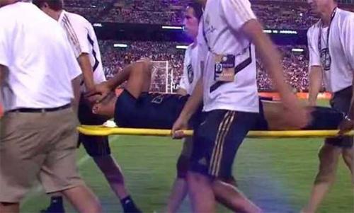 Asensio ôm mặt khi phải rời sân trên cáng cứu thương.