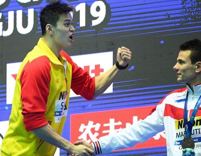 Sun Yang (trái) hét vào mặt Duncan Scott, khi kình ngư người Scotland từ chối đứng chung trên bục nhận huy chương nội dung 200m tự do. Ảnh: Reuters.