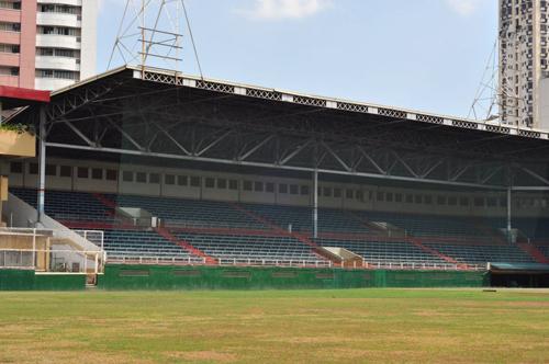 Mặt sân tại Philippines khiến nhiều đội lo lắng. Ảnh: Siamsport