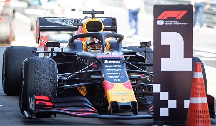Verstappen vượt mặt Hamilton và Valtteri Bottas ở Grand Prix Áo, dưới trời nắng nóng. Ảnh: Jalopnik.