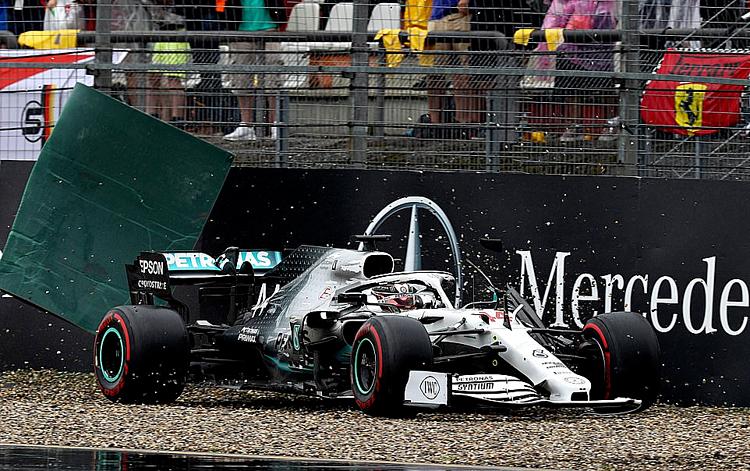 Chiếc xe của Hamilton bị hư hỏng sau khi đâm vào bãi sỏi. Ảnh: AFP.