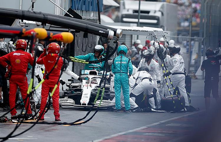Chiếc xe của Hamilton ở trong pitstop gần một phút.