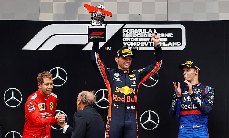 Max Verstappen mừng chiến thắng ở chặng đua được xem như sân nhà của Mercedes hôm qua.