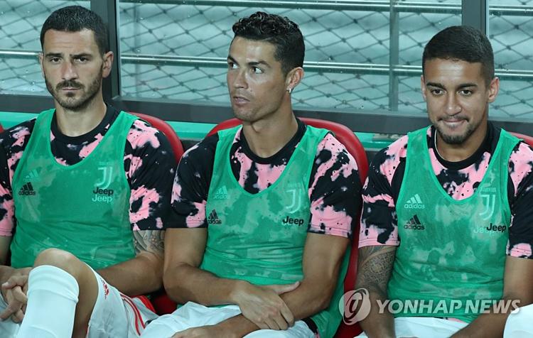 Ronaldo ngồi dự trong trận đấu giao hữu ở sân vận động World Cup Seoul ngày 26/7. Ảnh:Yonhap.
