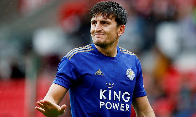 Maguire sẽ vượt Van Dijk để trở thành hậu vệ đắt giá nhất lịch sử. Ảnh: Reuters.