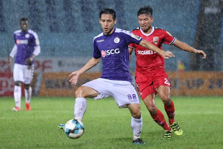 Cầu thủ Hà Nội và Bình Dương mất nhiều sức khi trận đấu diễn ra trong cơn mưa tầm tã.