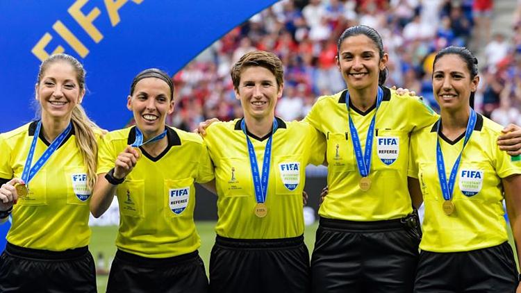 Frappart (thứ hai từ trái sang) lần đầu bắt chính một trận đấu lớn của UEFA cho bóng đá nam. Ảnh: SS.