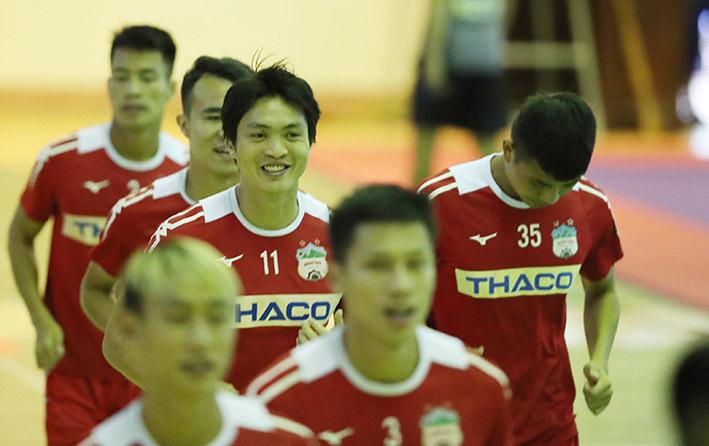 Các cầu thủ HAGL tập luyện trong nhà thi đấu trước khi đấu Nam Định. Ảnh: Đức Đồng.