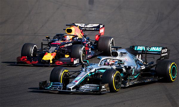 Verstappen (trái) dẫn đầu trong phần lớn cuộc đua, nhưng để Hamilton vượt lên từ vòng 67 và mất chiến thắng.