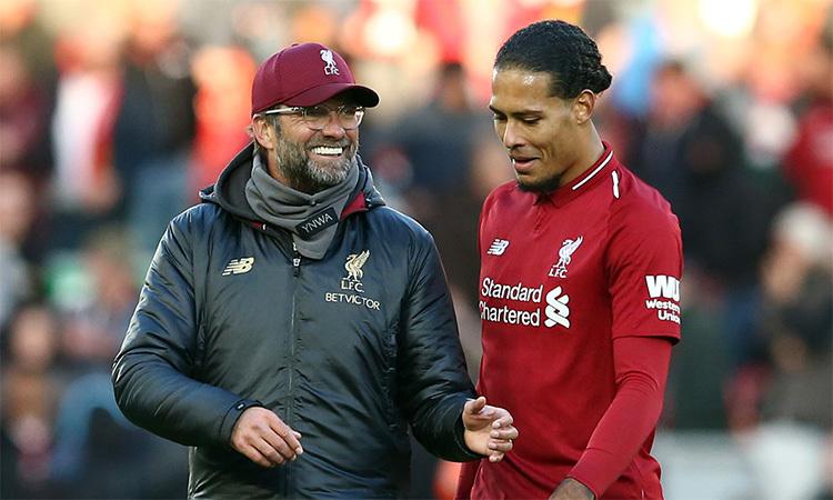 Van Dijk (phải) là cầu thủ đắt giá nhất Liverpool mua về dưới thời Klopp. Trung vệ người Hà Lan đền đáp lại ông thầy người Đức bằng cách trở thành thủ lĩnh hàng thủ, và hai năm liên tiếp đưa The Kop vào chung kết Champions League. Ảnh: Reuters.