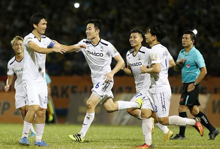 Dù không thể phát huy hết khả năng ở Nhật Bản hay Thái Lan, Xuân Trường (số 6) cho thấy đẳng cấp của anh hoàn toàn vượt trội ở V-League. Ảnh: Lâm Thỏa.