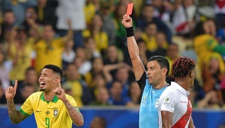 Jesus nhận thẻ đỏ trong trận chung kết Copa America với Peru. Ảnh: AFP.