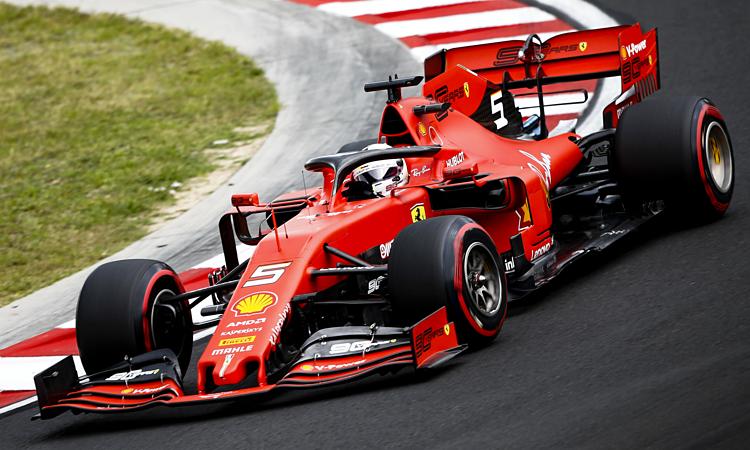 Chiếc SF90 của Sebastian Vettel thua xa W10 của Lewis Hamilton ở các góc cua. Ảnh: Motorsport.